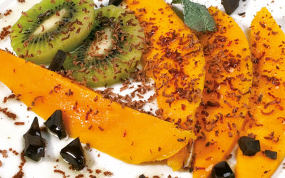 Frische Früchte mit Weichselkernöl und Schokostückchen