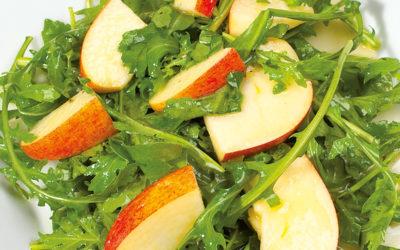 Apfel-Ruccolasalat mit Weichselkernöl-Dressing