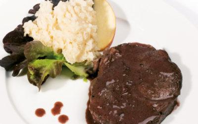 Rindsfilet in Weichselkernöl-Rotwein-Sauce auf Selleriepüree