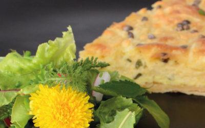 Ziegenkäse-Quiche mit Wildkräuter-Salat und Hanfsamenöl